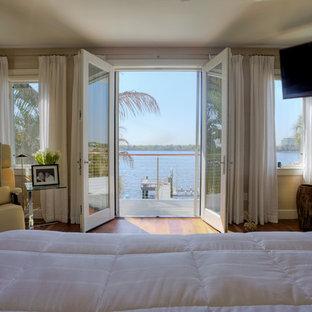 Diseño de dormitorio principal, clásico, de tamaño medio, sin chimenea, con parades naranjas y suelo de madera en tonos medios