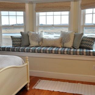 ボストンの中くらいのビーチスタイルのおしゃれな客用寝室 (黄色い壁、無垢フローリング、暖炉なし) のインテリア