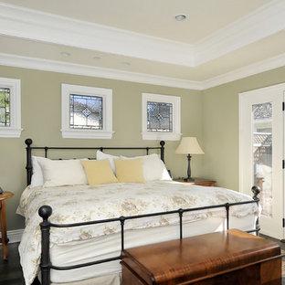 Foto på ett vintage sovrum, med mörkt trägolv och gröna väggar