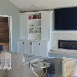 Свежая идея для дизайна: большая хозяйская спальня в морском стиле с ковровым покрытием, горизонтальным камином, фасадом камина из каменной кладки и сводчатым потолком - отличное фото интерьера
