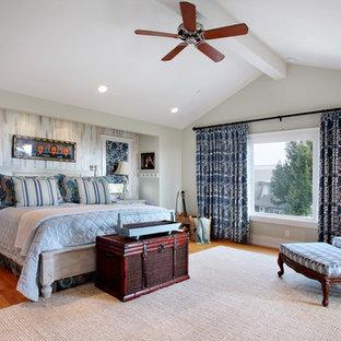 Imagen de dormitorio marinero con paredes multicolor y suelo de madera en tonos medios