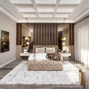 Foto de dormitorio principal, actual, grande, con paredes beige, suelo de baldosas de cerámica y suelo marrón
