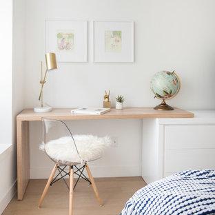 Foto de dormitorio principal, nórdico, de tamaño medio, sin chimenea, con paredes blancas, suelo de madera clara y suelo beige