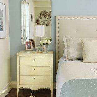 Idées déco pour une chambre parentale romantique de taille moyenne avec un mur bleu et un sol en bois brun.