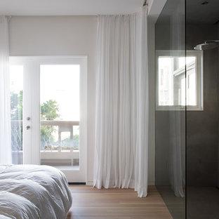 Modelo de dormitorio principal, actual, de tamaño medio, con paredes grises