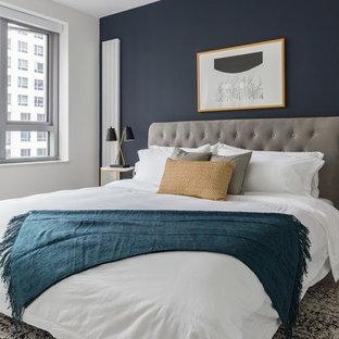 Kleines Eklektisches Hauptschlafzimmer mit blauer Wandfarbe, hellem Holzboden und beigem Boden in San Francisco