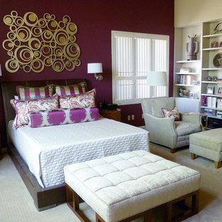 フェニックスの巨大なモダンスタイルのおしゃれな主寝室 (マルチカラーの壁、カーペット敷き) のレイアウト