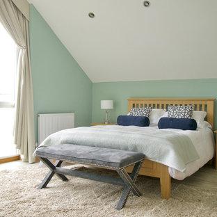 Modelo de dormitorio principal, marinero, con paredes verdes y suelo vinílico