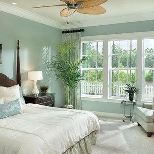 Foto de dormitorio exótico con paredes azules y moqueta