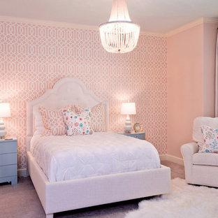 Bild på ett stort vintage sovrum, med rosa väggar och heltäckningsmatta