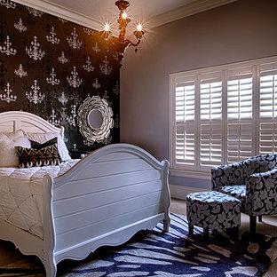 オーランドの小さいコンテンポラリースタイルのおしゃれな客用寝室 (グレーの壁、カーペット敷き) のインテリア