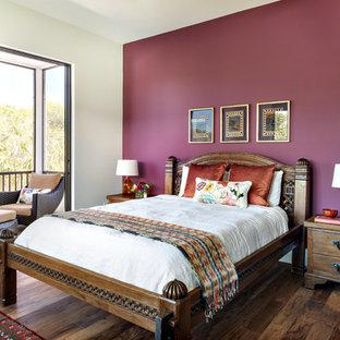 Asiatisches Hauptschlafzimmer ohne Kamin mit lila Wandfarbe und dunklem Holzboden in Miami