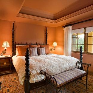 Cette photo montre une chambre méditerranéenne avec un mur orange.