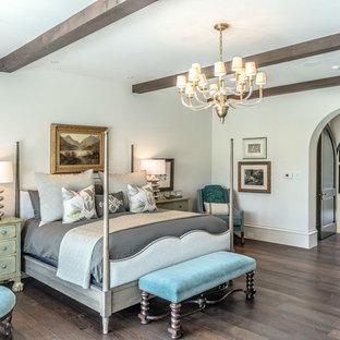 ダラスの広いサンタフェスタイルのおしゃれな主寝室 (白い壁、無垢フローリング) のインテリア