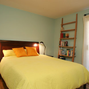 ロサンゼルスの中サイズのコンテンポラリースタイルのおしゃれなゲスト用寝室 (緑の壁、淡色無垢フローリング、暖炉なし、茶色い床)