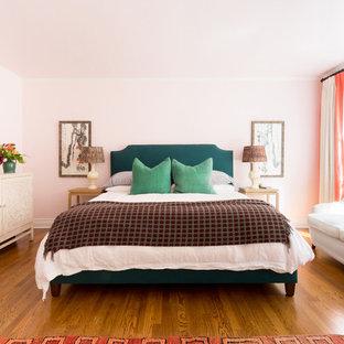 ロサンゼルスの広いエクレクティックスタイルのおしゃれな主寝室 (ピンクの壁、無垢フローリング、暖炉なし、茶色い床)