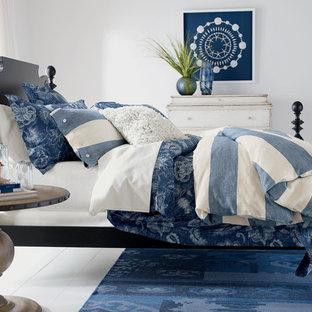 Diseño de dormitorio principal, marinero, de tamaño medio, con paredes blancas y suelo de madera pintada