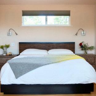 Idee per una camera matrimoniale stile marinaro di medie dimensioni con pareti beige, parquet chiaro e pavimento giallo