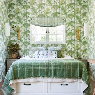 Modelo de habitación de invitados papel pintado, mediterránea, de tamaño medio, con paredes verdes, suelo de baldosas de terracota, suelo rojo y papel pintado