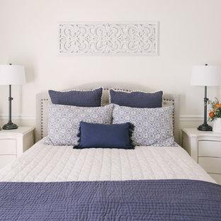 Foto de dormitorio principal, rústico, grande, sin chimenea, con paredes blancas, moqueta y suelo blanco