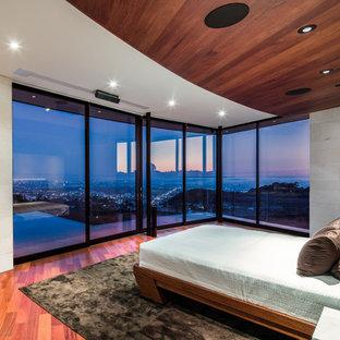 ロサンゼルスの大きいコンテンポラリースタイルのおしゃれな主寝室 (ベージュの壁、無垢フローリング、暖炉なし、赤い床) のインテリア