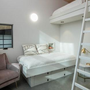 Diseño de habitación de invitados escandinava con paredes blancas, suelo de cemento y suelo gris