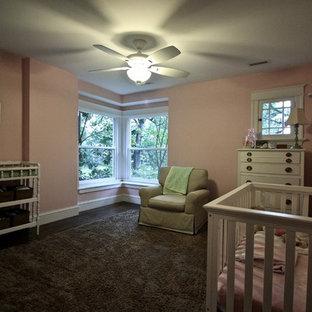 Modelo de dormitorio de estilo americano, de tamaño medio, sin chimenea, con paredes rosas, suelo de madera en tonos medios y suelo marrón