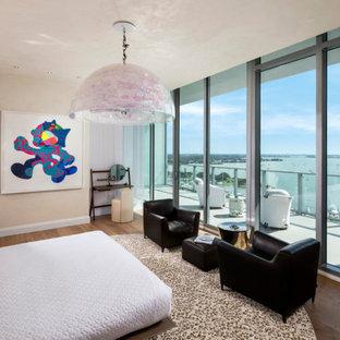 タンパの広いコンテンポラリースタイルのおしゃれな主寝室 (白い壁、暖炉なし、茶色い床) のインテリア