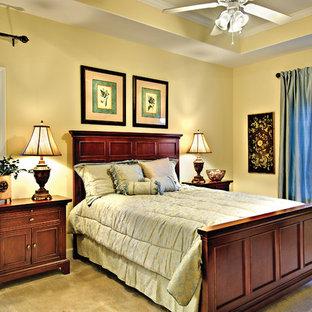 Стильный дизайн: хозяйская спальня среднего размера в стиле кантри с бежевыми стенами и ковровым покрытием без камина - последний тренд