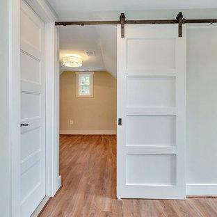 ワシントンD.C.の中くらいのコンテンポラリースタイルのおしゃれな主寝室 (無垢フローリング、暖炉なし、グレーの壁、茶色い床) のインテリア