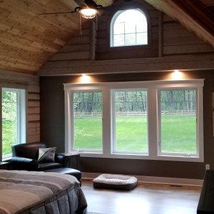 Foto de dormitorio principal, rural, con paredes grises, suelo vinílico y suelo marrón