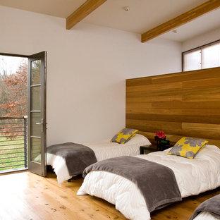 Modernes Schlafzimmer mit weißer Wandfarbe und gelbem Boden in Chicago