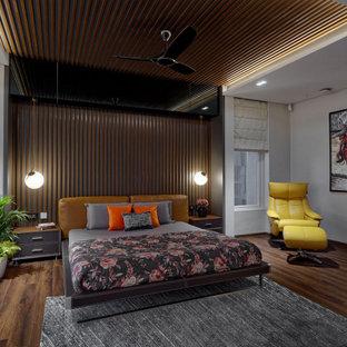 Cette photo montre une grand chambre parentale tendance en bois avec un mur blanc, un sol gris et un plafond en bois.