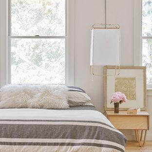Diseño de dormitorio nórdico con paredes blancas y suelo de madera clara