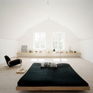 Ispirazione per un'ampia camera matrimoniale scandinava con pareti bianche, parquet chiaro e nessun camino