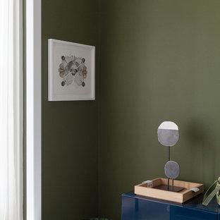 Modelo de habitación de invitados escandinava, de tamaño medio, con paredes verdes y suelo de madera clara