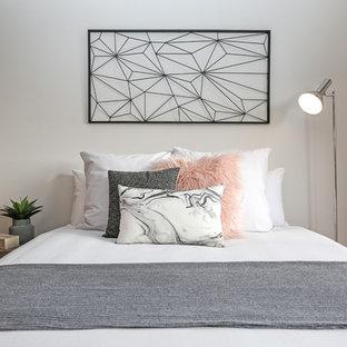 Diseño de dormitorio principal, nórdico, grande, con paredes grises y suelo de madera clara