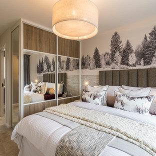 Foto de dormitorio escandinavo con paredes beige, moqueta y suelo beige