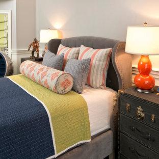 Modelo de dormitorio tipo loft, clásico renovado, de tamaño medio, sin chimenea, con paredes grises, suelo de madera oscura y suelo verde