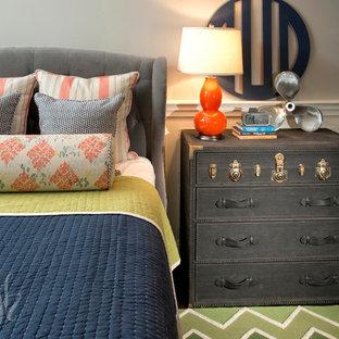 Diseño de dormitorio tipo loft, clásico renovado, de tamaño medio, sin chimenea, con paredes grises, suelo de madera oscura y suelo verde
