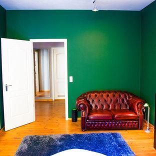 Imagen de dormitorio principal, ecléctico, de tamaño medio, con paredes verdes, suelo de madera en tonos medios y suelo multicolor
