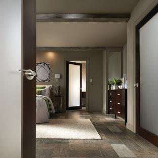 Idee per una grande camera matrimoniale contemporanea con pareti grigie, pavimento in ardesia e nessun camino