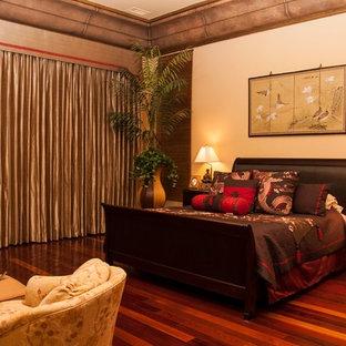 Foto de dormitorio principal, mediterráneo, grande, sin chimenea, con paredes beige, suelo de madera oscura y suelo rojo