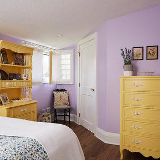Modelo de habitación de invitados costera, de tamaño medio, sin chimenea, con paredes púrpuras, suelo de madera en tonos medios y suelo marrón