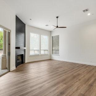 フェニックスの広いトランジショナルスタイルのおしゃれな主寝室 (標準型暖炉、塗装板張りの暖炉まわり) のレイアウト