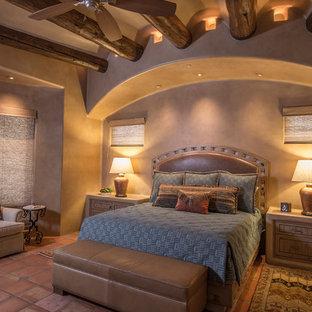 Idéer för ett amerikanskt huvudsovrum, med beige väggar och klinkergolv i terrakotta