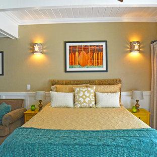 Imagen de dormitorio principal, exótico, pequeño, sin chimenea, con paredes beige