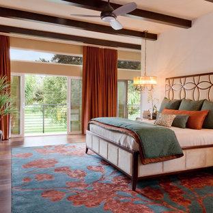 Идея дизайна: хозяйская спальня среднего размера в современном стиле с бежевыми стенами, паркетным полом среднего тона, горизонтальным камином, фасадом камина из штукатурки и синим полом