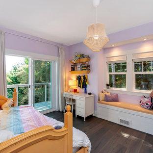 Idées déco pour une chambre d'amis campagne de taille moyenne avec un mur violet, un sol marron et un sol en bois brun.