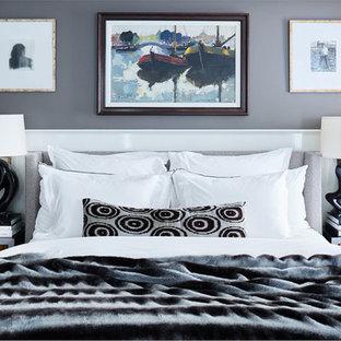 Immagine di una camera da letto shabby-chic style con pareti marroni e parquet chiaro